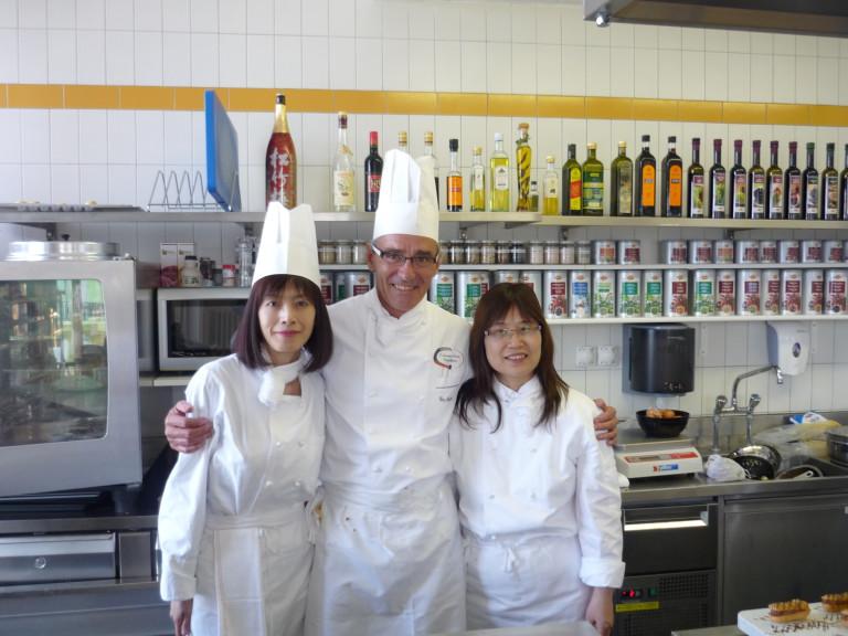 2011年-林肯企管Michelle-Jennifer在凱-撒-里茲飯店大學學習廚藝-1-768x576